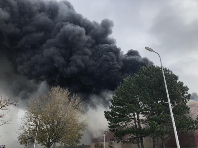P 1 BDH-04 Gebouwbrand industrie (zeer grote brand) Optisport De Schelft Maandagsewetering NDWKHT 161230
